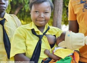 Amazing: 16-year-old Zambian student breastfeeds child before exams