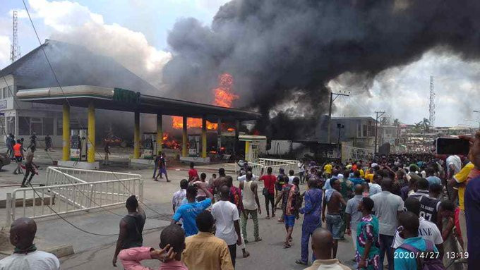 BREAKING: Fire GutsNNPCFilling Station In Lagos-dailyfamily.ng